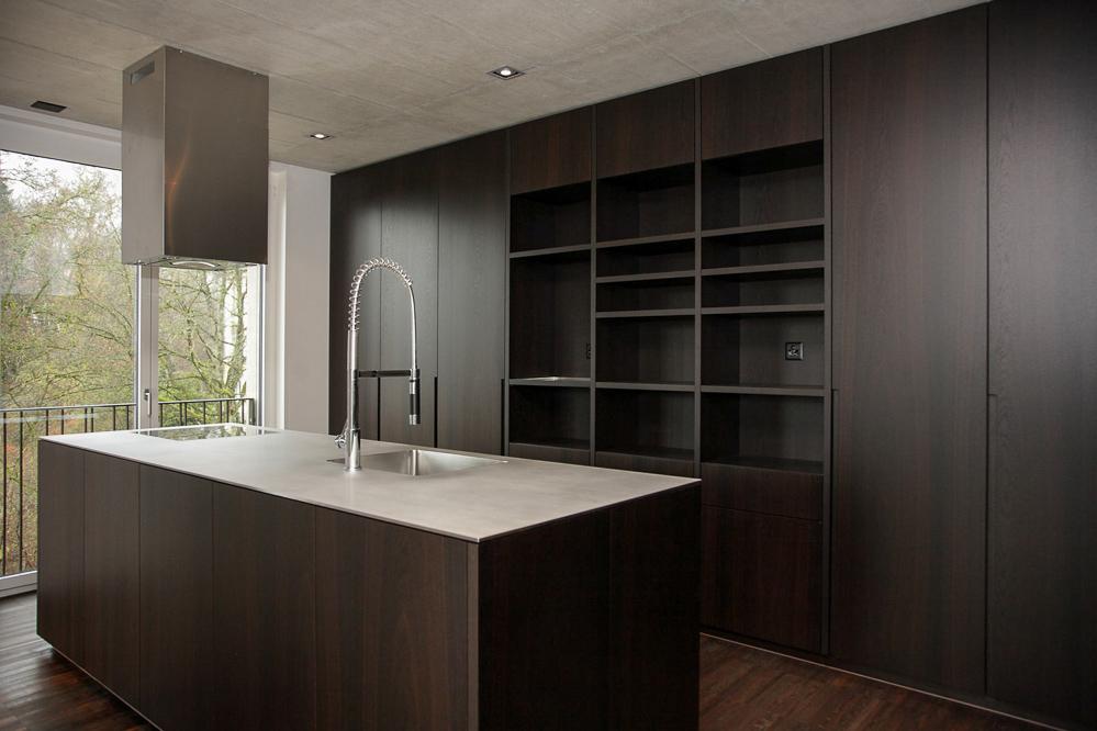 Küche Modern Holz Dunkel   Die korpusse unserer küchen werden zu 1 aus naturholz gefertigt.   k ...