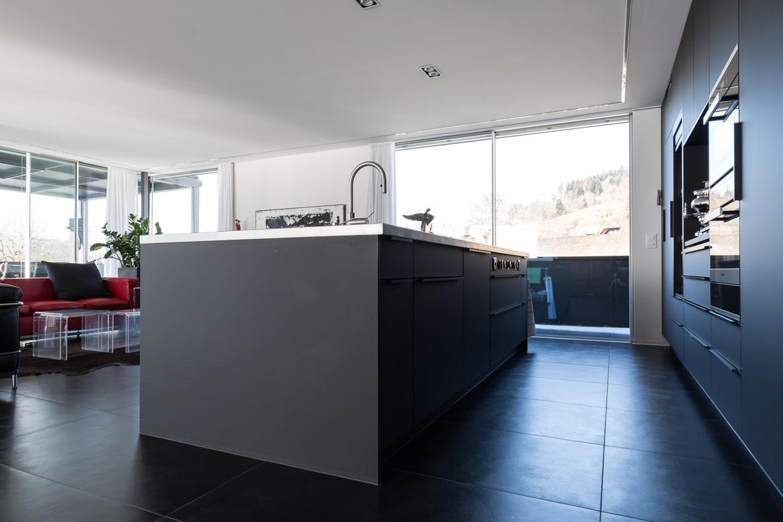Genial: Auf Der Seite Zum Wohnzimmerverbirgt Die Kücheninsel Hinter  Flächenbündigen Schiebetüren Ein Fernseher, Der Sich Bei Bedarf Einfach  Ausschwenken ...