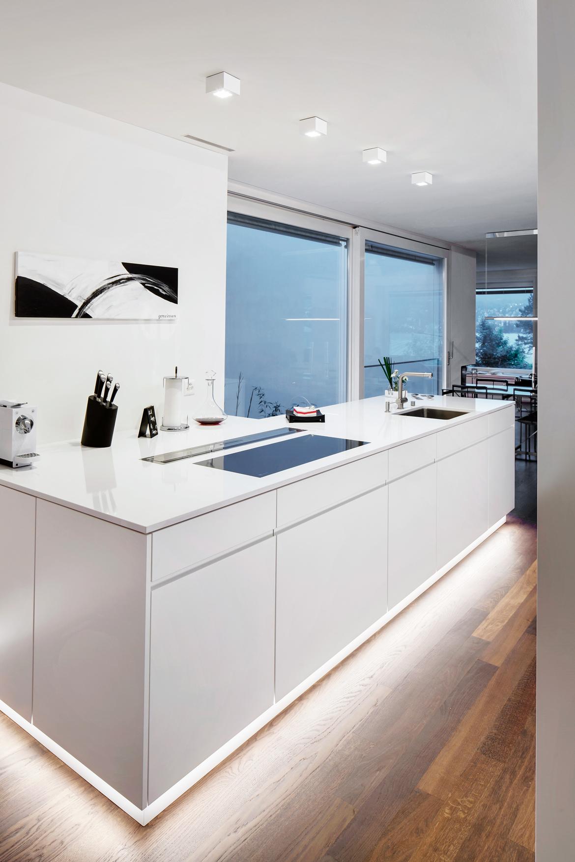 Weisse Küche mit interessantem Lichtkonzept, Thalwil - EMME - Die