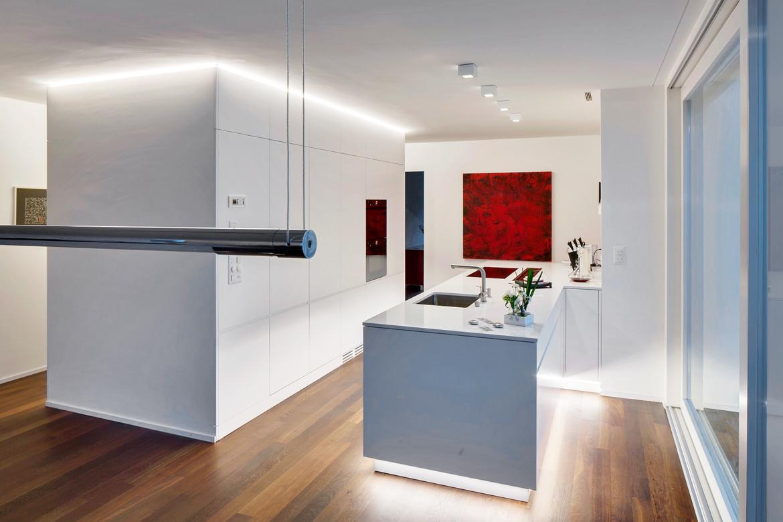 Weisse Küche mit schöner Lichtführung