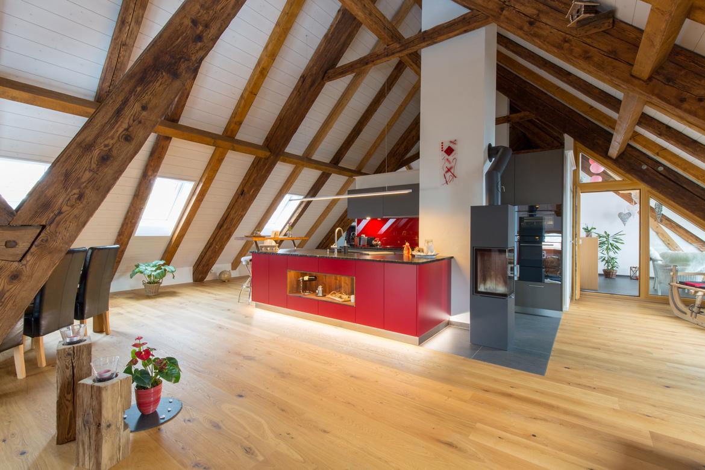 Küche dunkelgrau mit roter Kochinsel