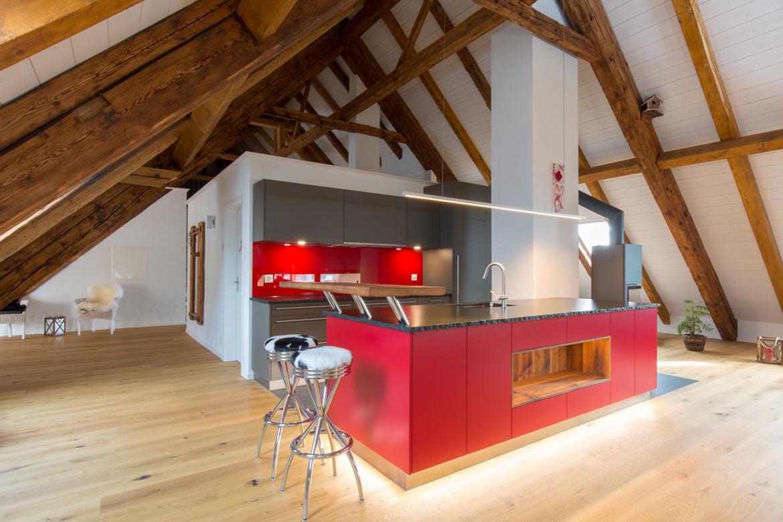 rote Küche in ausgebautem Dachstock
