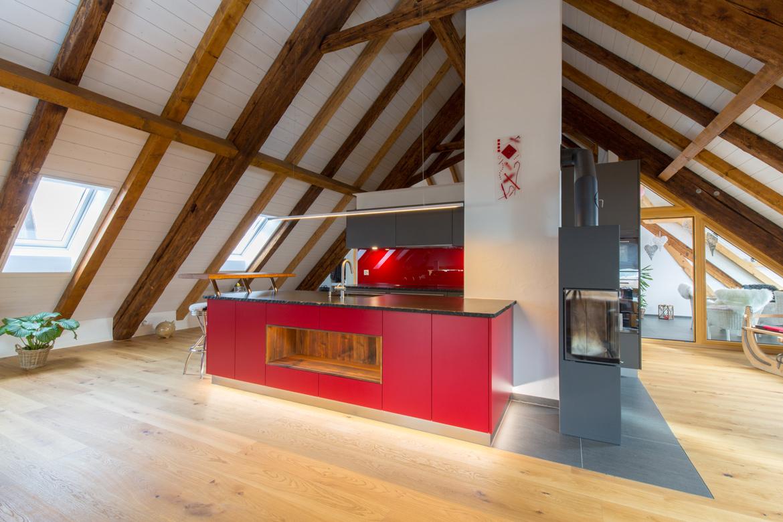 Küche in Emmentaler Bauernhaus rot und grau