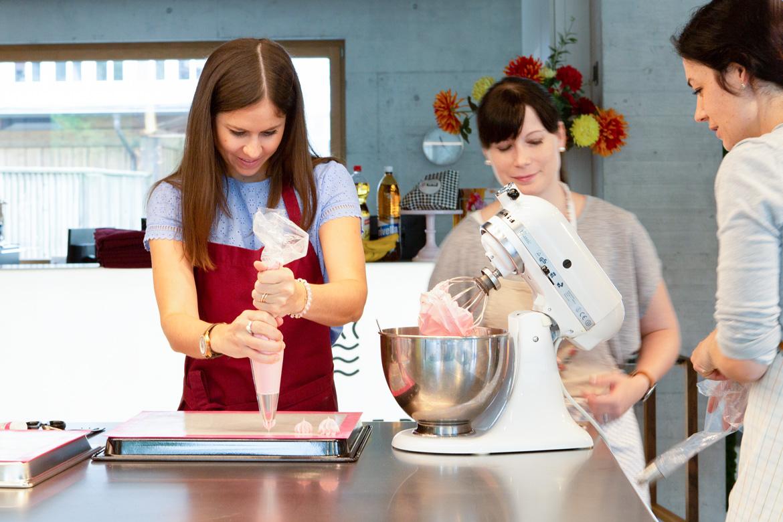 Meringues herstellen am Drip-Cake-Kurs mit Jenny's Cakes in der EMME-Ausstellung in Langnau