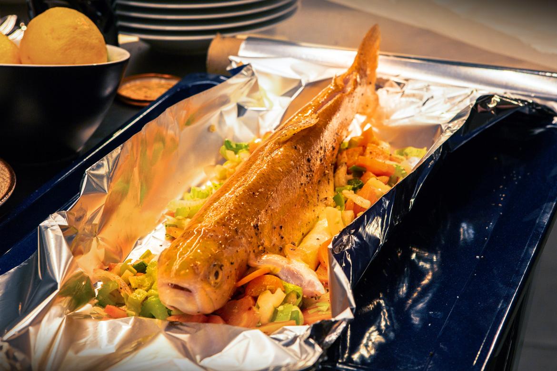 Fisch in Pergament oder Alufolie