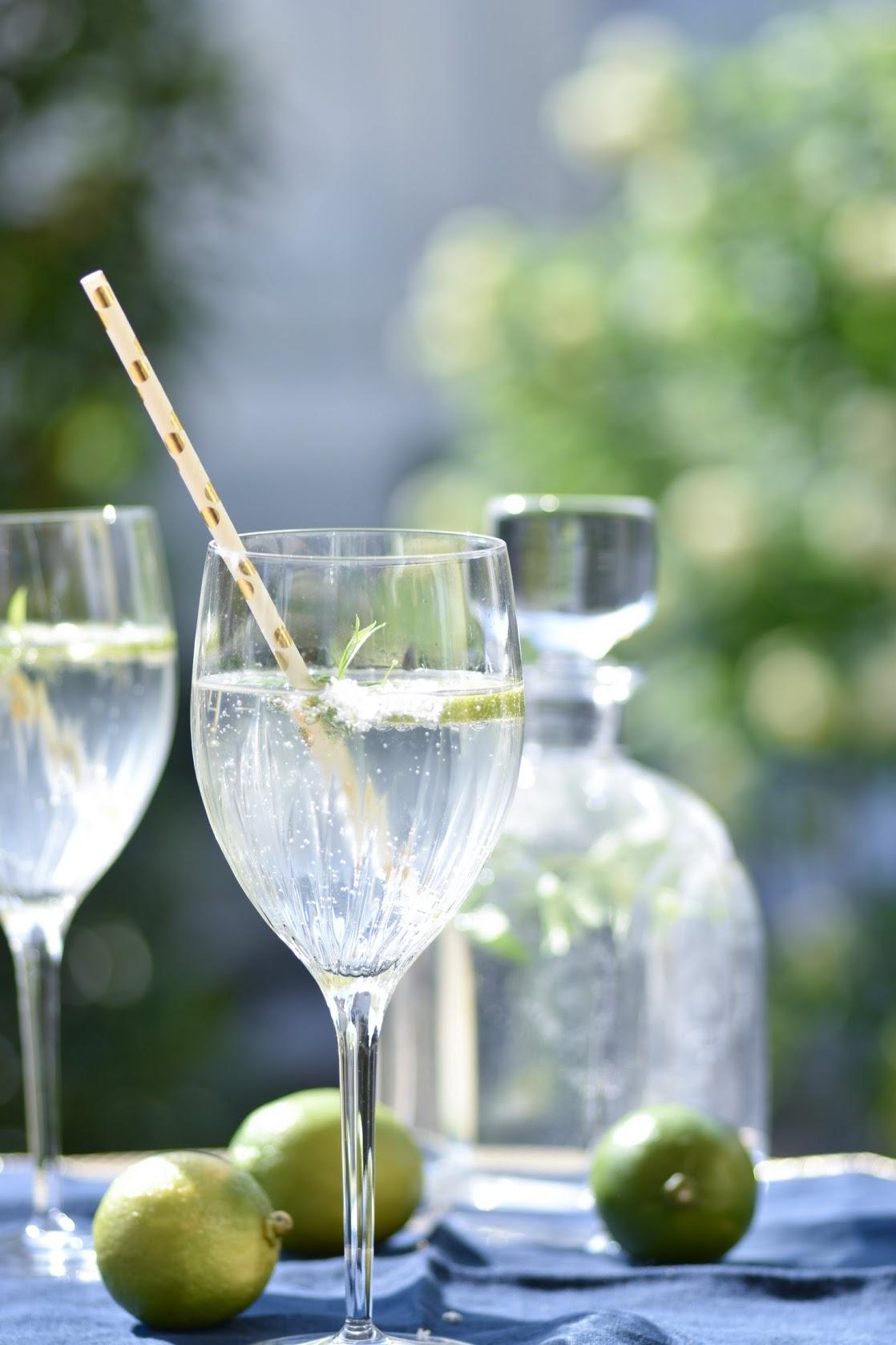 Waldmeister-Sirup mit Gin als Aperogetränk