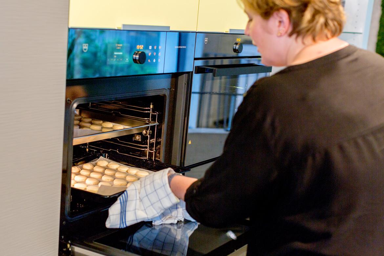 Die Macarons kommen aus dem Ofen