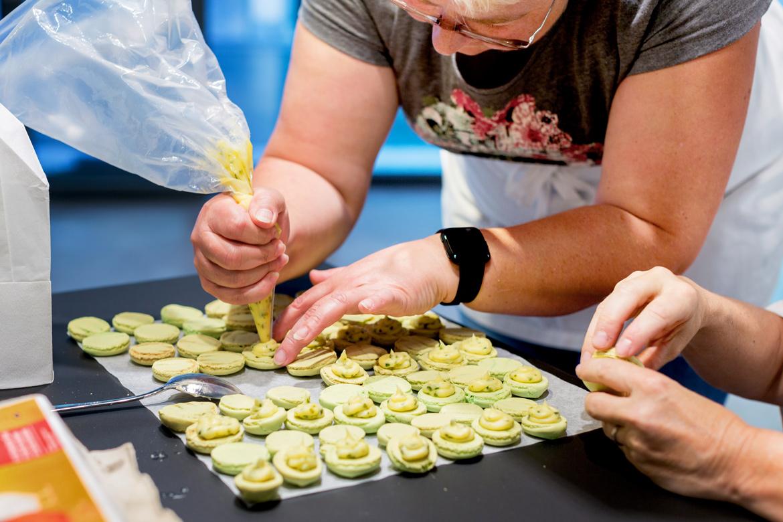 Macarons füllen beim Macaronskurs in der EMME-Küchenausstellung