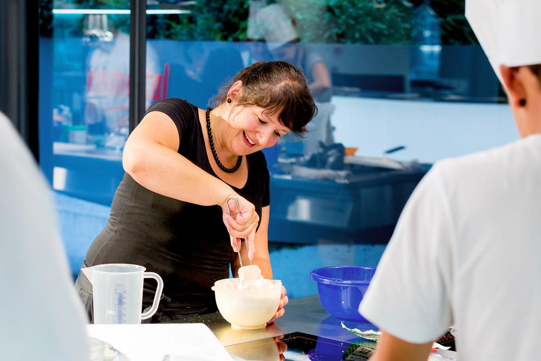 Eine Kursteilnehmerin bereitet die Füllung für die Macarons zu.