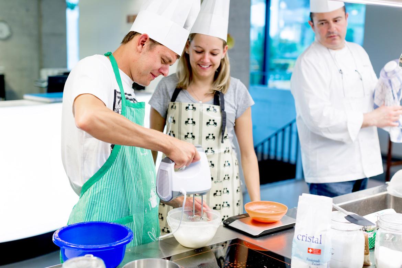 Mixen der Baisermasse für die Macarons
