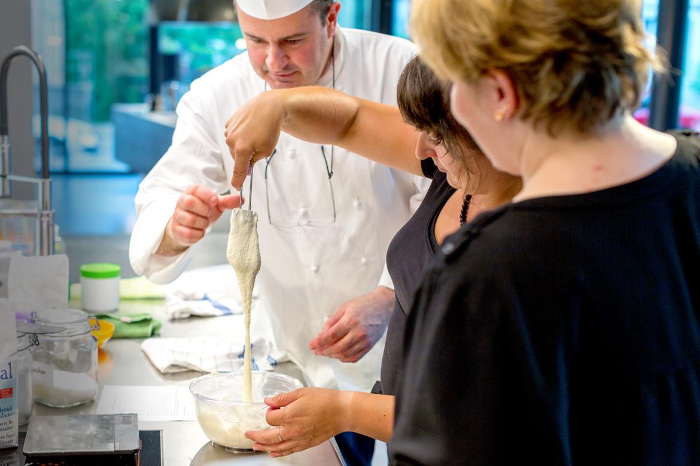 Kursleiter Florent verrät Tipps und Tricks zum Gelingen der Baisermasse für Macarons