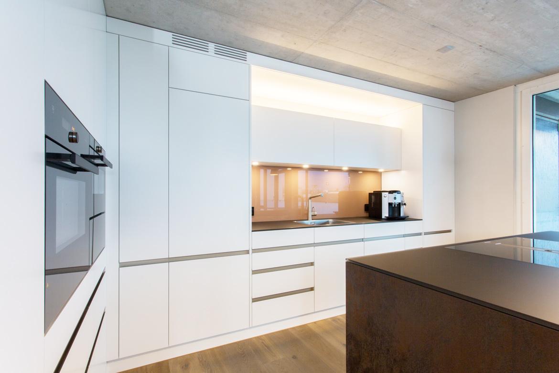 EMME-Küche weiss mit rostfarbener Insel, Alugriffleisten vollintegriert