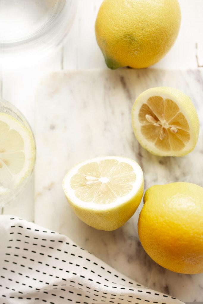 zitrone, zitronenwasser, basisch, säurebasenhaushalt, gesund leben, zitrone in der küche, küche, emmeküche