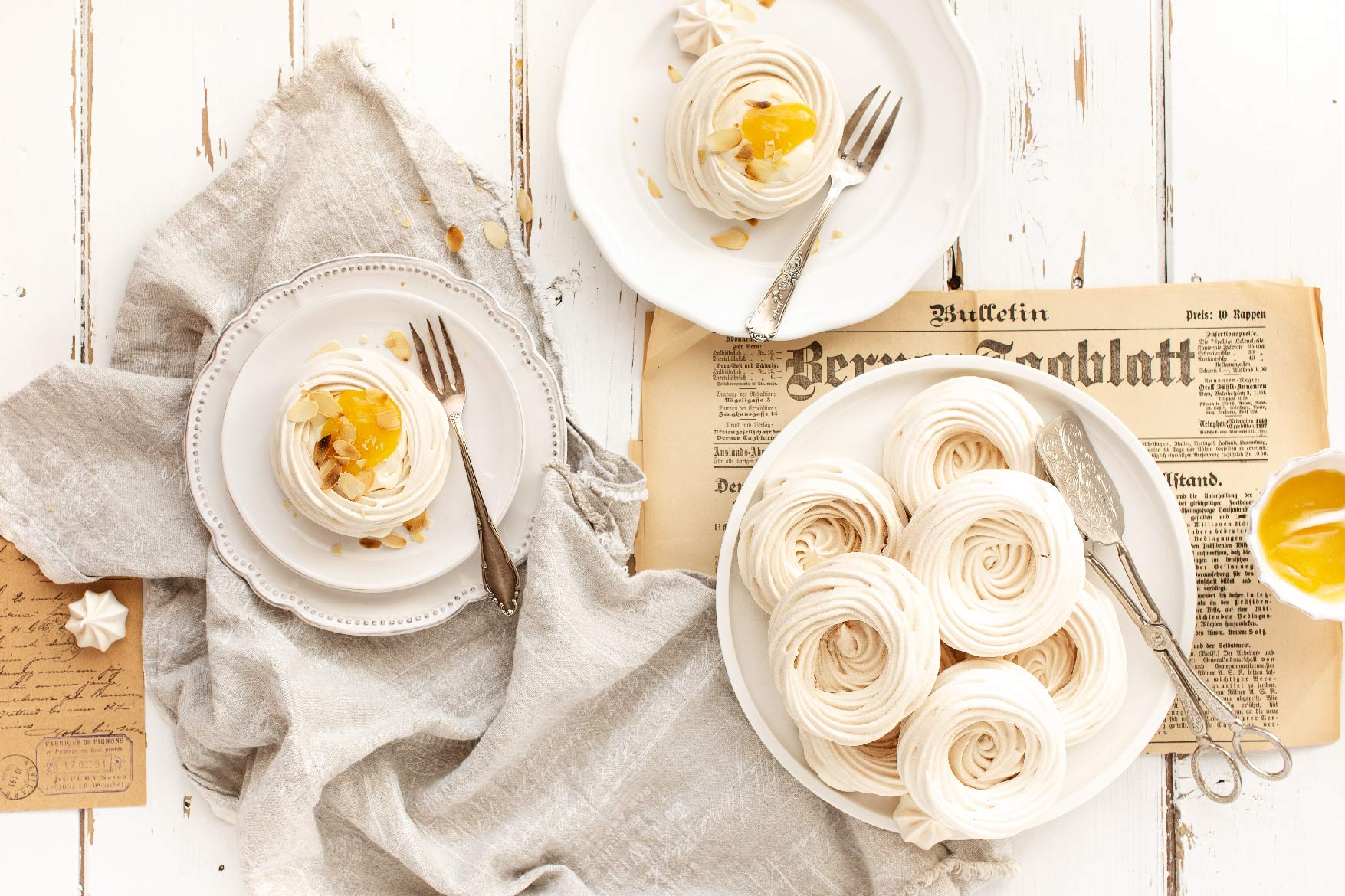 osterdessert, baisernester, minipavlova, dessert zu ostern, ostern, backen, meringues, lemoncurd, baisers, osterzeit, emmeküche