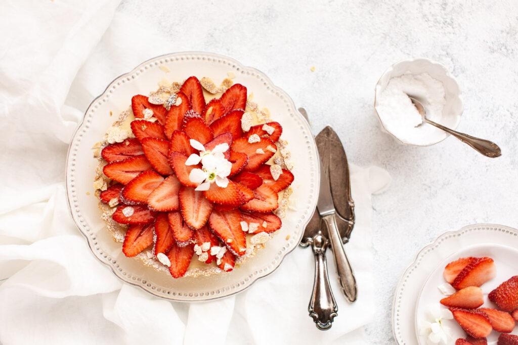 erdbeeren, erdbeertorte, weisser schokoladenkuchen mit erdbeeren, saisonal kochen, saison, schokoladenkuchen, dessert, gwiegabriela, emmeküche