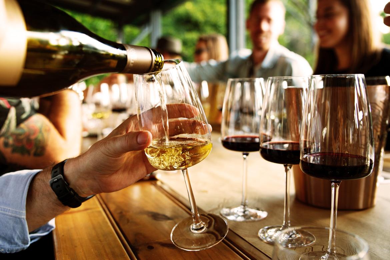 Rotwein und Weisswein werden eingeschenkt.