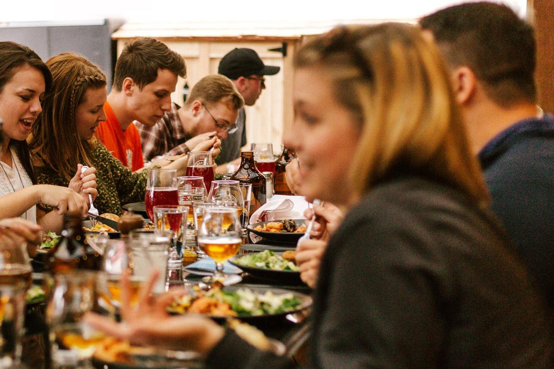 Junge Leute geniessen im Restaurant ihr Dinner