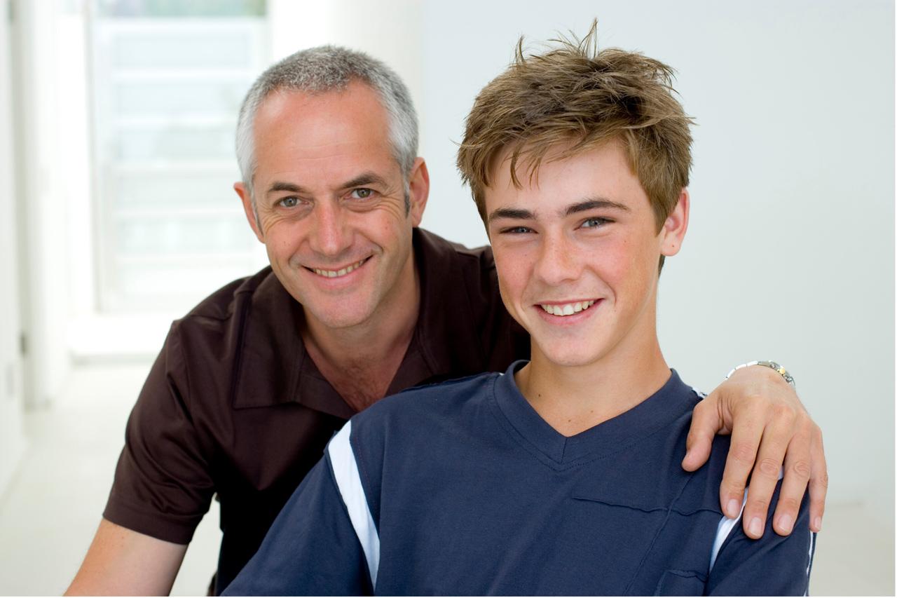 Vater und Sohn unterschreiben Lehrvertrag