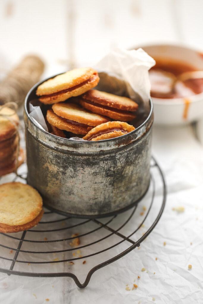 mandel-caramel guetzli, guetzli, backen in der weihnachtszeit, backen, küche, guetzli, kekese weihnachtskekse